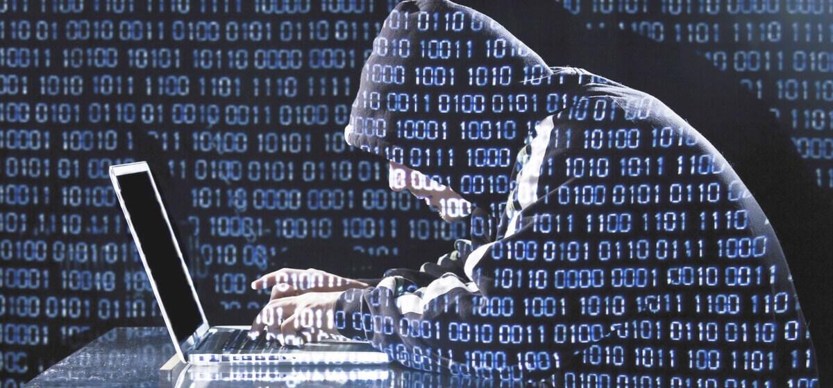 Hacker fazendo umas pesquisa avançada