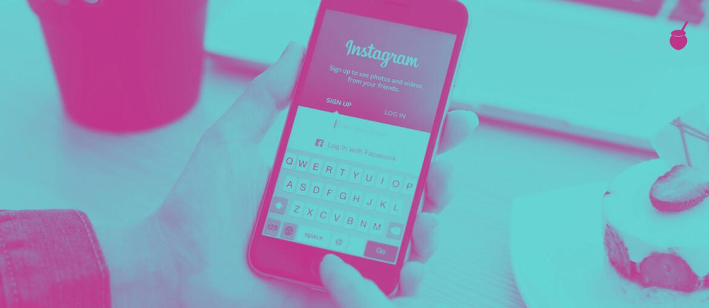 Olhando Instagram no celular - Imagem de capa