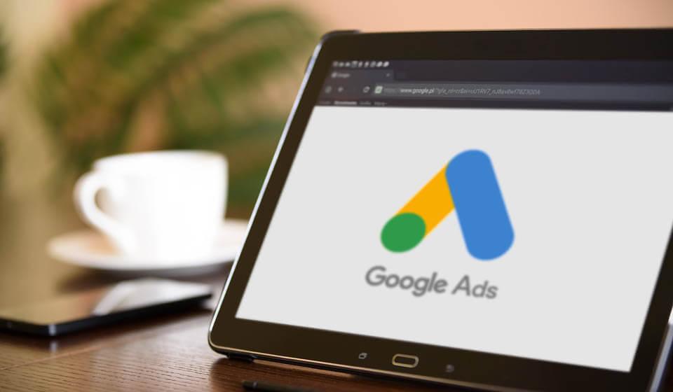 Tablet com uma imagem mostrando a nova marca do Googe, o Google Ads.