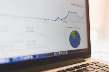 Imagem de um computador mostrando um gráfico de aumento de tráfego na tela.