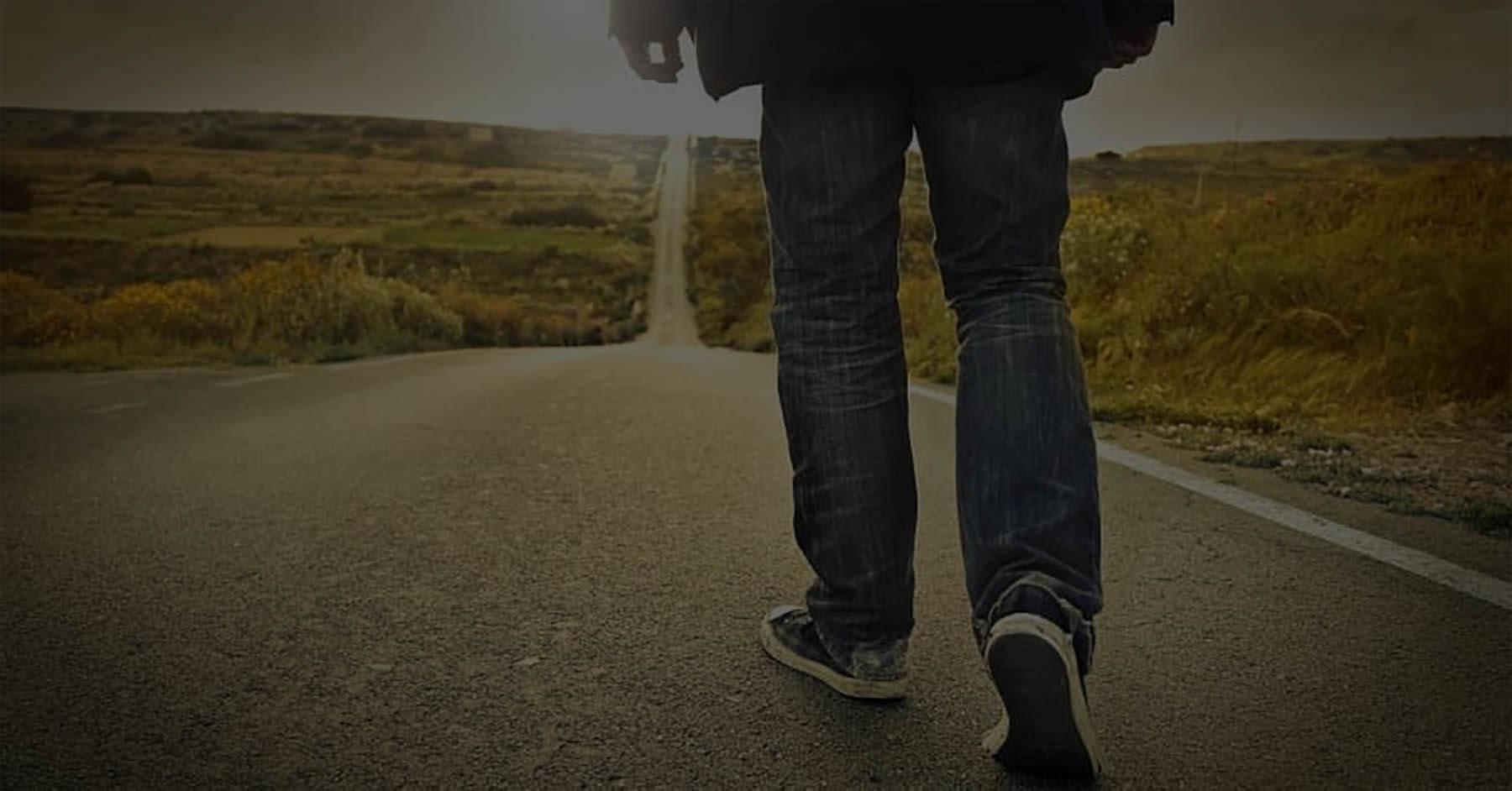 Pessoa caminhando na estrada.