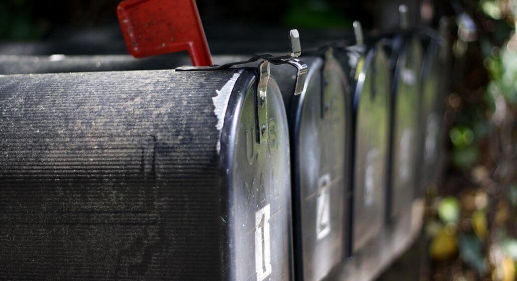 Imagem com caixas de correspondências lado a lado.