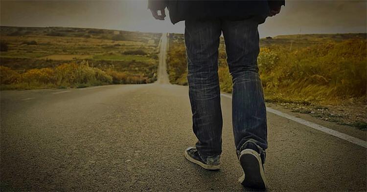 Pessoa caminhando em uma jornada